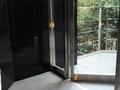 別館から神谷町方面に抜ける出入り口ドア