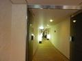 結婚式披露宴の親族待合室、着替室等が並ぶ廊下