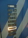 エレベーター内部の押しボタンです