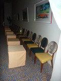 3階宴会場の外におかれた椅子とテーブル(クロスかけ)
