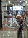 フロント前に待合のテーブルとイスが並んでいます