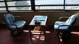 窓際の椅子。