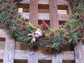 リビングルームの大きなクリスマスリース