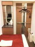 ベッド左側にクローゼット/冷蔵庫/食器類などがあります。