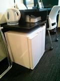 デスク脇に冷蔵庫などがまとめられています。