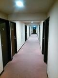 建物はやや古いが清潔感あり。
