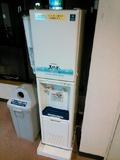 廊下に飲料水サーバー。
