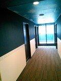 廊下もブルーが印象的。