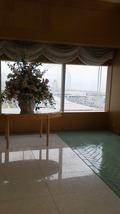 関西エアポートワシントンホテル内の結婚式のチャペルの入り口のシークル側の窓