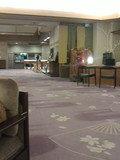 レトロなポストの横にホテルコンシェルジュさんがいます
