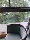 部屋の隅のソファ