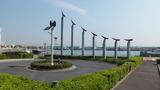 隣は海沿いの公園です