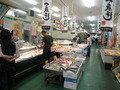 魚市場がたくさんあります。
