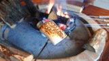 ゲストラウンジの暖炉にて。