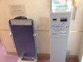 エレベーター前に、ズボンプレッサー、TVカード販売しております。