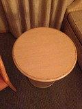 お部屋に丸テーブルあります。助かりました!