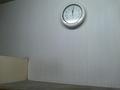 時計と棚の上