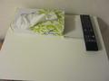机の上にはティッシュとメモ帳がありました。