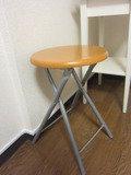 部屋には机といすがあります。