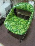部屋にはカラフルな椅子がありました。