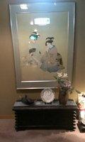 2階の廊下には花と絵があります