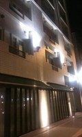 夜のホテル外観です