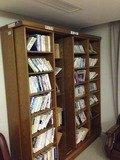 研修フロアの寄贈図書棚