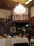 朝食会場は天井が高く立派な灯りがあります