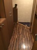 部屋の玄関からトイレへの廊下