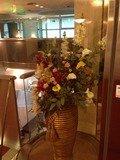 ガラスケースに入った造花オブジェ