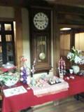 ロビーの大きな柱時計と飾り類